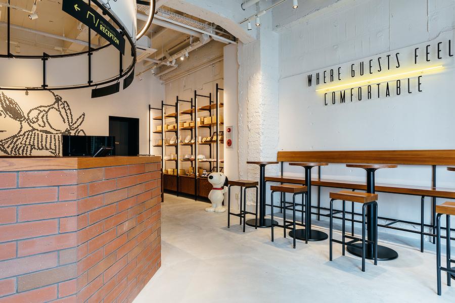 1階にあるカフェスペース、奥にはショップ