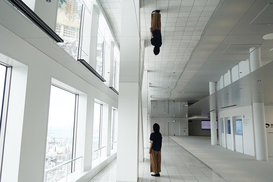 窓際沿いの天井が鏡張りに、幻想的な空間を楽しめる