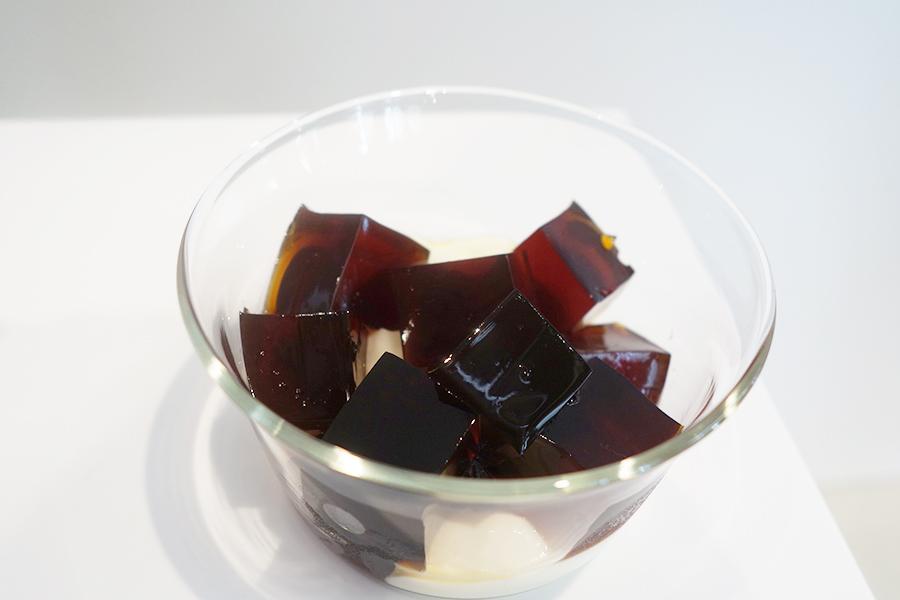 水だしアイスコーヒーを使った「コールドブリュー コーヒーゼリー」。クリーミーな自家製パンナコッタと楽しめる