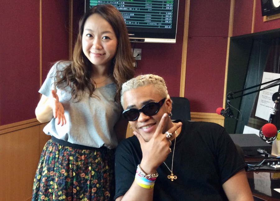 FM802『UP BEAT!』に出演したCRAZYBOYと、DJの加藤真樹子(11日、大阪市内)