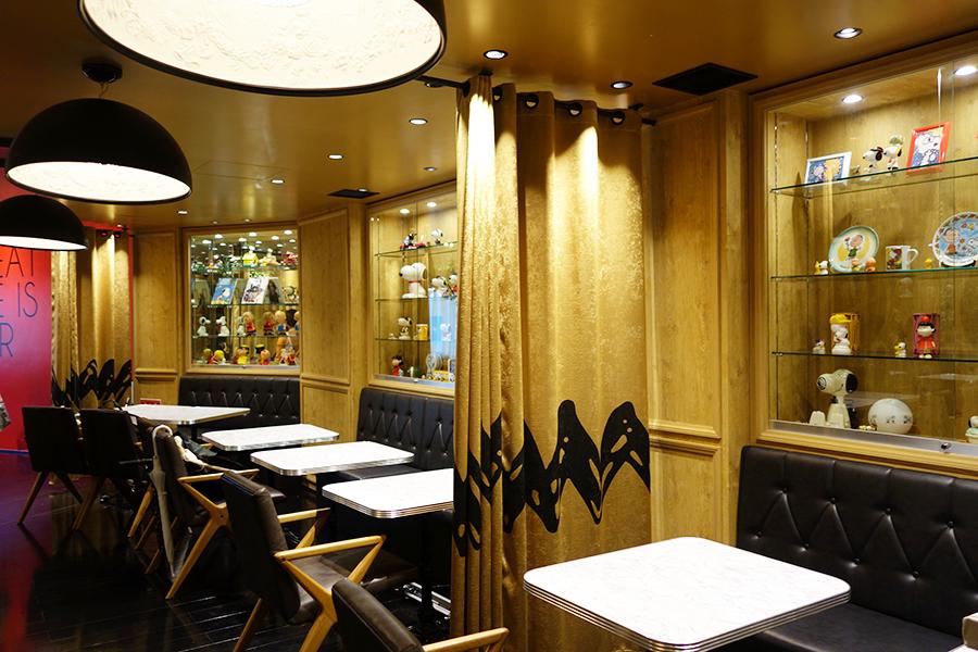 3階にある「PEANUTS DINER 神戸」。カーテンがチャーリー・ブラウンの服の柄など、注目すべきディテールがたくさん
