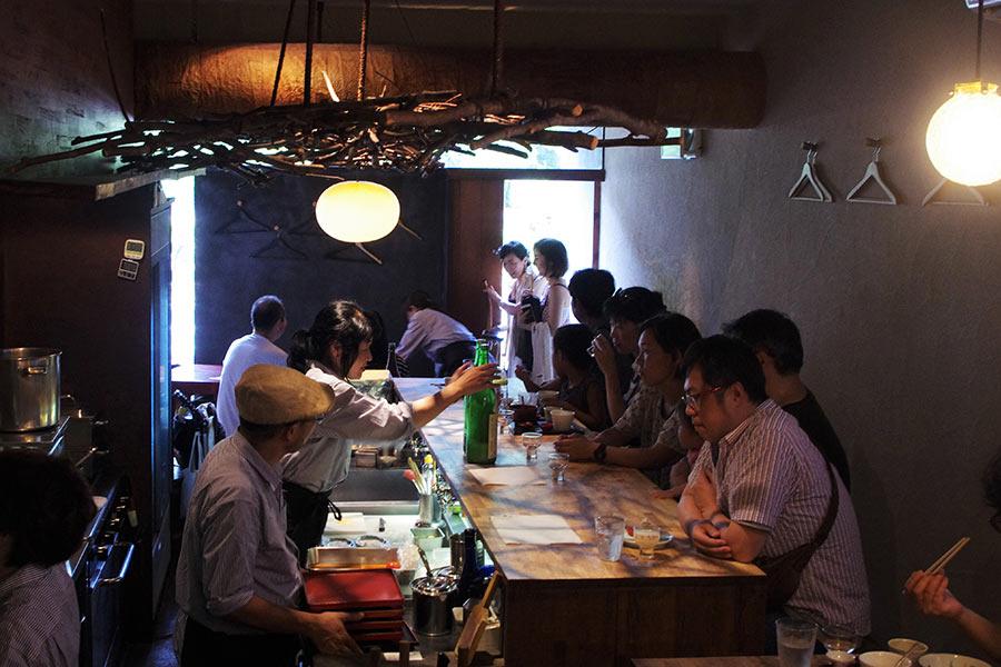 「味酒 かむなび」の店内。明るい太陽の光が店内に差し込み、いつもと違う雰囲気。子どもたちも行儀よく、イベントを楽しんでいた(7月29日・大阪市内)