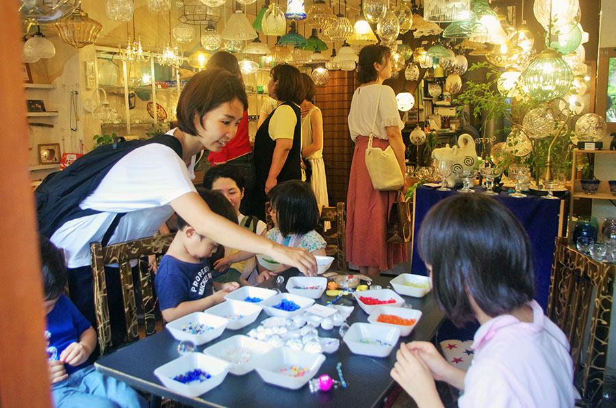 ランプ専門店「コバルトブルー」では、子どもたちがサンキャッチャーつくり(300〜500円)を楽しんだ(7月29日・大阪市内)