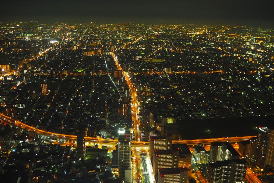 室内だと夜景を見るときに、ガラスに映るライトの反射などが気になるが、ここはさえぎるものがなにもない。南側の夜景は高速道路がきれいに見える
