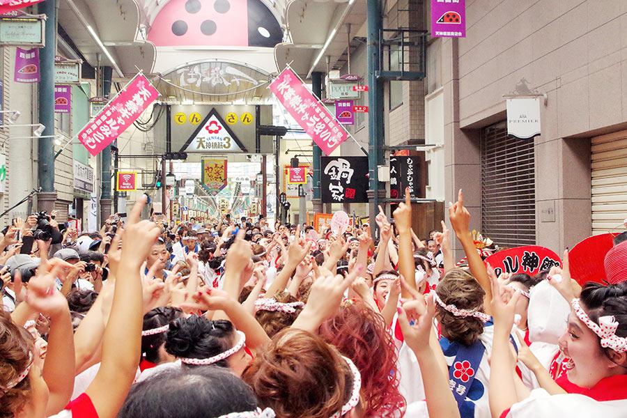 元気いっぱいに大阪締めをするギャルたち。ギャルみこしは「笑顔良し! 体力良し! 集まれ元気女子!」がキャッチフレーズ(23日・大阪市内)