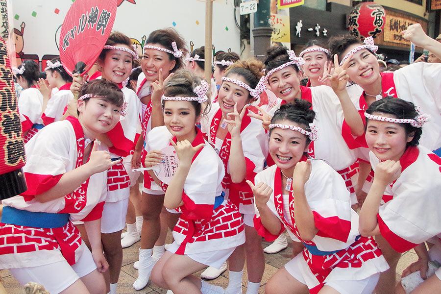 猛暑にも関わらず、「めっちゃ楽しい!」と元気いっぱいのギャルたち(23日・大阪市内)