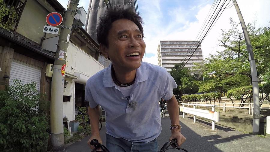 必死で自転車をこぎながら「何年振りに立ちこぎしてんねやろ」という55歳の浜田雅功 写真提供/MBS
