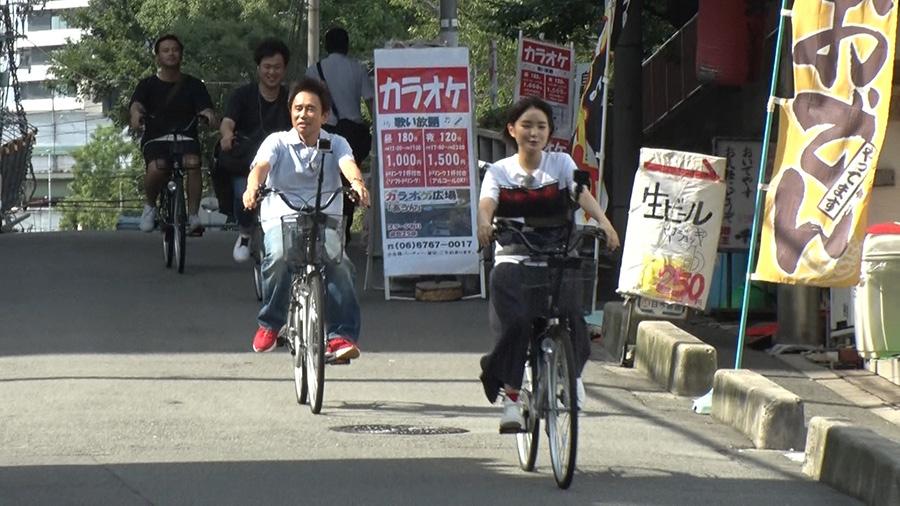 朝ドラ撮影時の思い出の場所を自転車でめぐる浜田雅功と葵わかな 写真提供/MBS