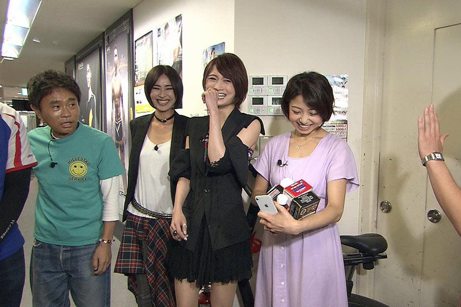 左から、浜田雅功、+A(AKIRA、Ayasa)、中村静香 © ytv
