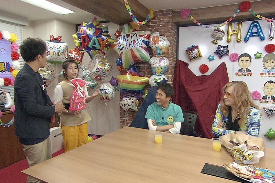 プレゼントをプレゼンするIMALU(左から2番目) © ytv