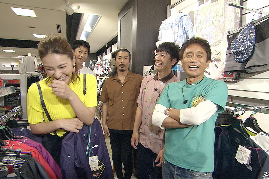 アクティブな秋元才加(左)は防水ウェアなどを購入 © ytv