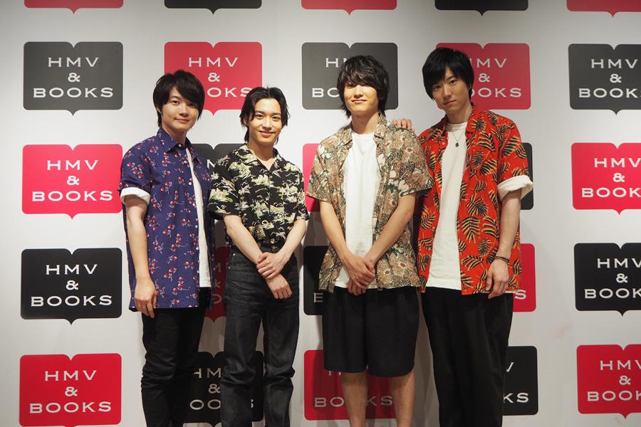 「HMV & BOOKS SHINSAIBASHI」でハイタッチ会をおこなった(左から)神木隆之介、松岡広大、金子大地、石賀和輝(8日、大阪市内)