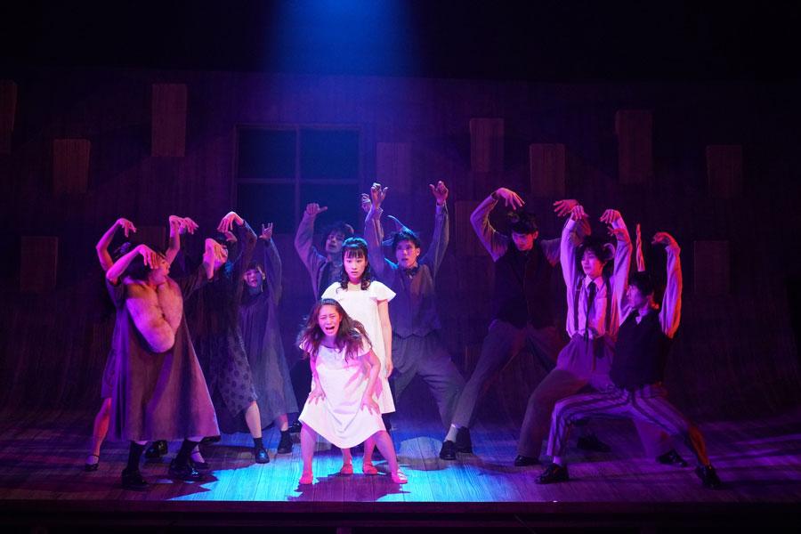 舞台『半神』ゲネプロより。センター前方が桜井玲香、後方が藤間爽子