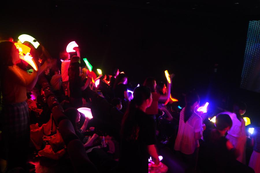 音楽とファッションを愛する「マイティウォーリアーズ」のシーンでは、観客が「立って踊りましょうよ!」と周りに声をかける場面も