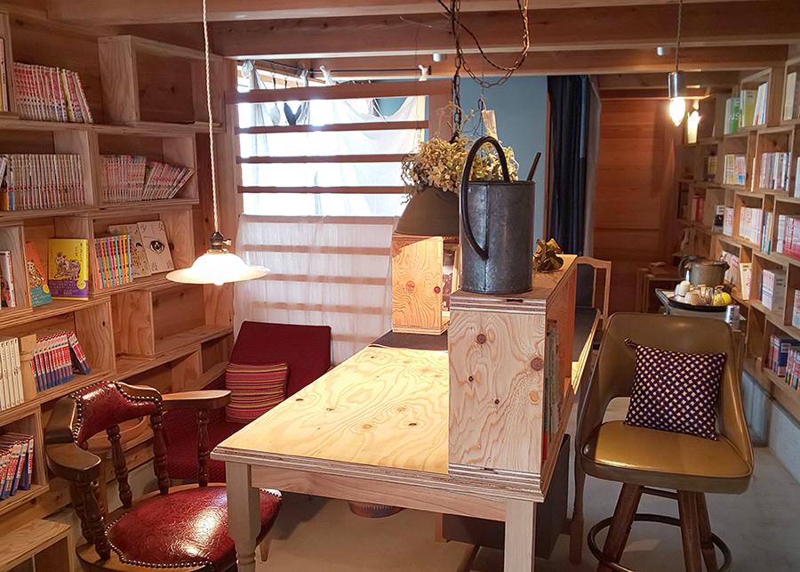 まるでカフェのように居心地が良いスペース。棚には少女漫画がぎっしり