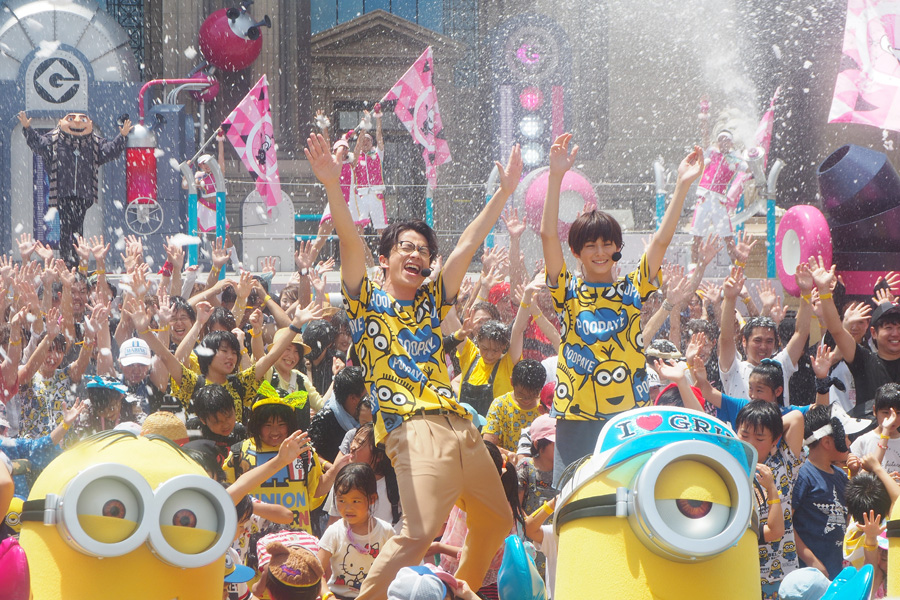びしょ濡れになりながらも「ヘンザップ!」体験した藤森慎吾(左)と翔くん(11日、大阪市内)