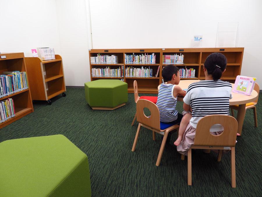 新設された親子読書室。子どもが床に座ってもいいように、靴をぬいで入る