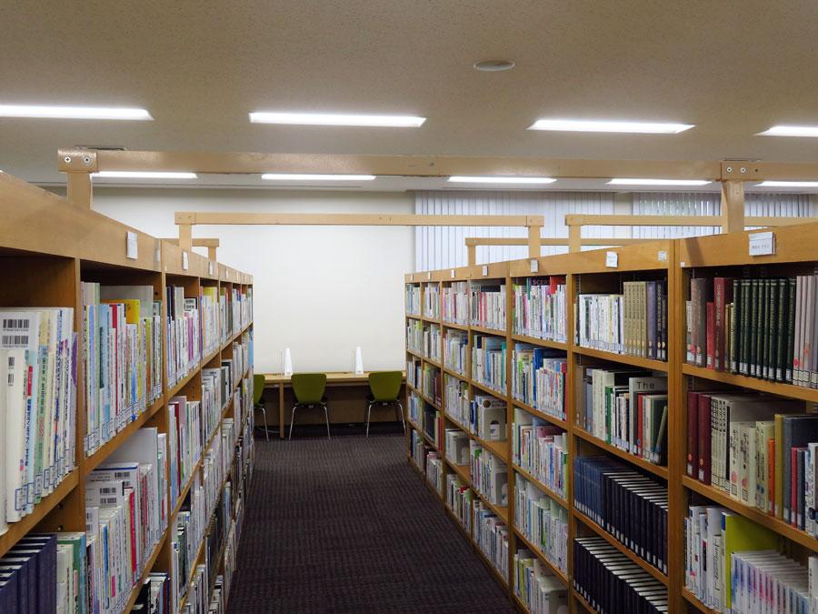 今回の耐震改修工事で、書棚どうしを固定して地震で倒れるのを防ぐ対策も