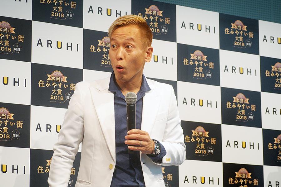 地元・尼崎の1位選出に驚くじゅんいちダビッドソン(10日・大阪市内)