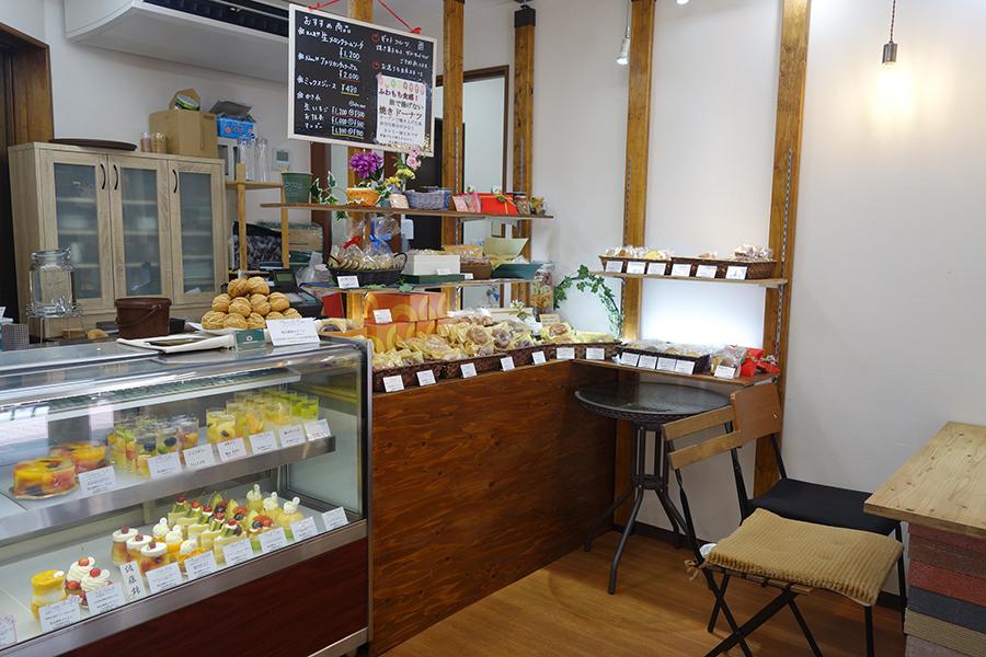 お店にはテーブル席とカウンター2席のみ。ケーキ、焼き菓子、果物も販売
