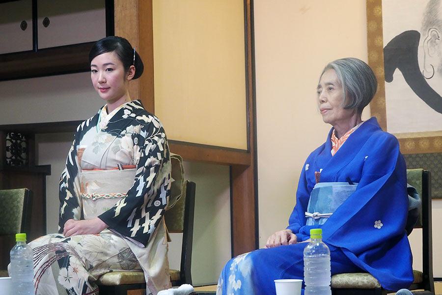 京都「建仁寺」で記者会見をおこなった女優の黒木華(左)と樹木希林(31日・京都市内)