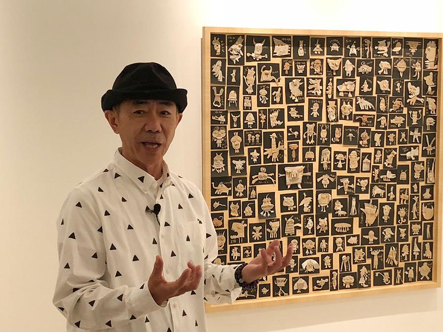作品の前で説明する木梨憲武 フェアリーズ 2015年 151.5×151.5cm