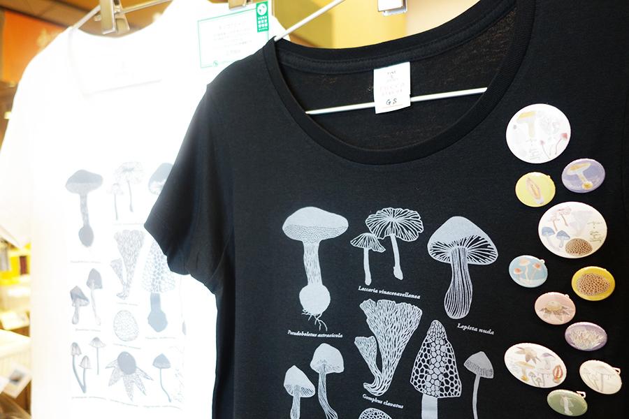 1階のミュージアムショップには、オリジナルTシャツ2700円や、バッジ150円〜