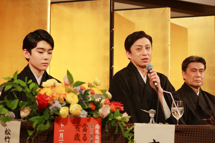 左から、取材に応じる染五郎、幸四郎、白鸚