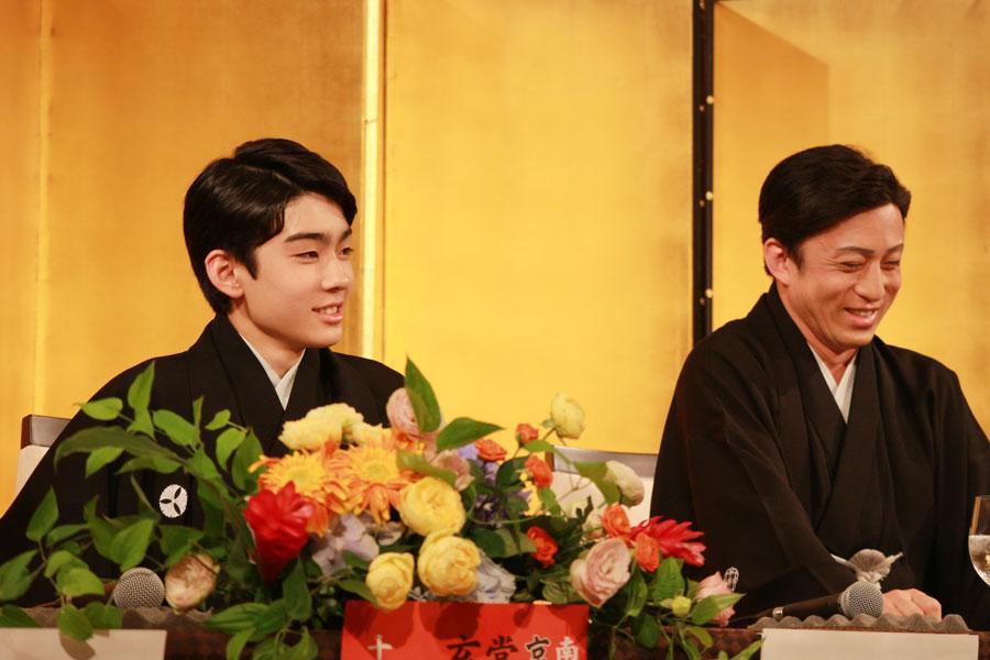親子で火花を散らす染五郎(左)と幸四郎