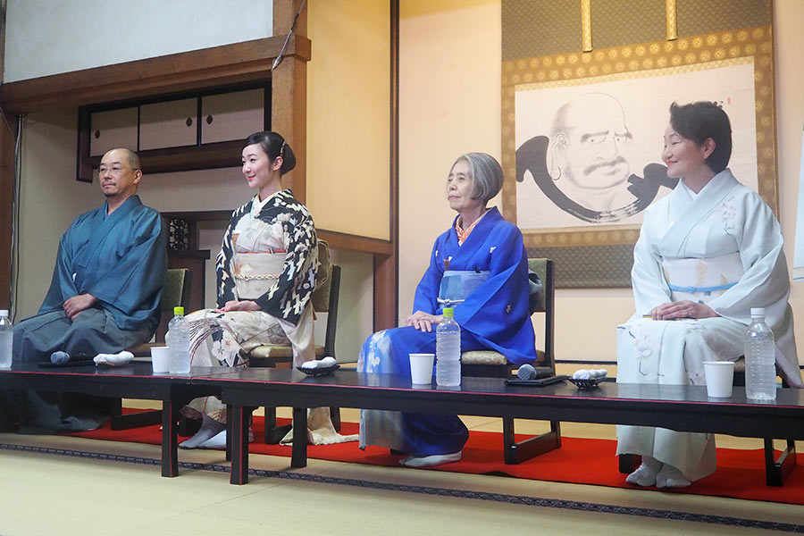 左から、大森立嗣監督、黒木華、樹木希林、原作者の森下典子(7月31日・建仁寺)