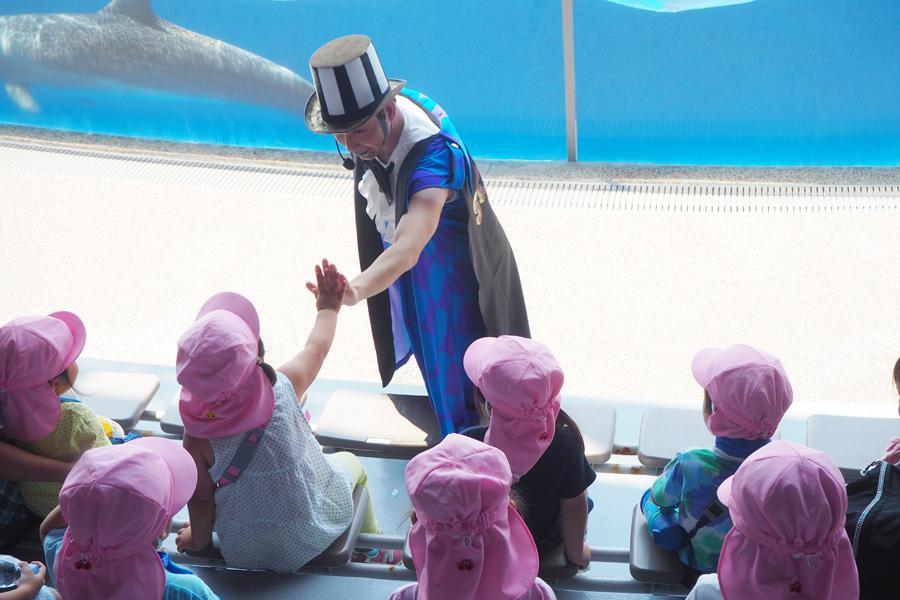 子どもたちにあいさつするサーカス団団長