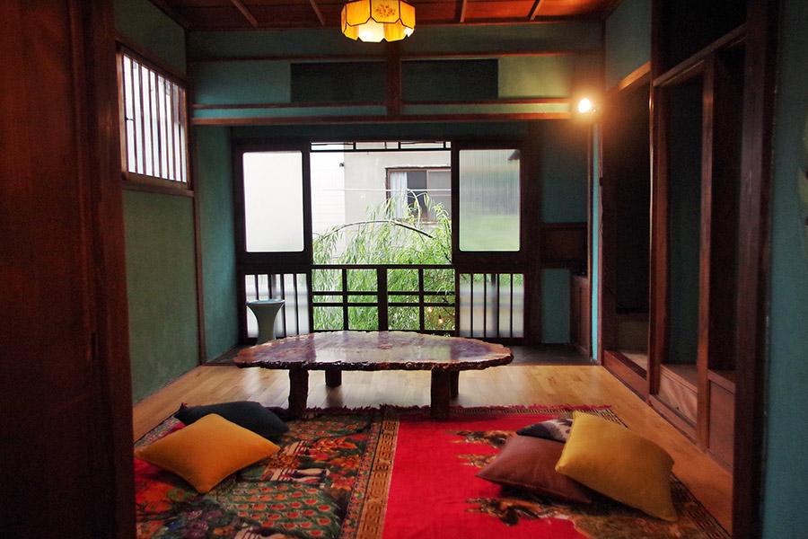 窓から柳が覗く開放感のある2階の座敷タイプは子ども連れにも人気