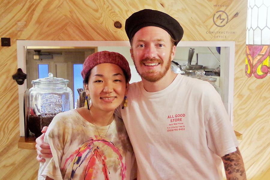 訪れるお客さんを笑顔でもてなすのは、アメリカ人のネイトさんとアスミさん夫婦