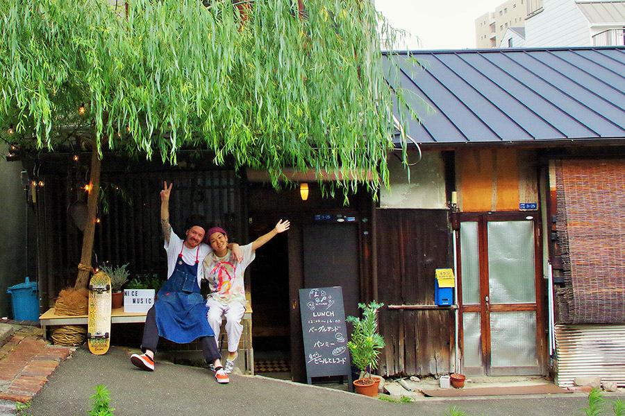 「LPキッチン」は大阪メトロ「谷町6丁目駅」3番出口すぐ、大きな柳の木が目印