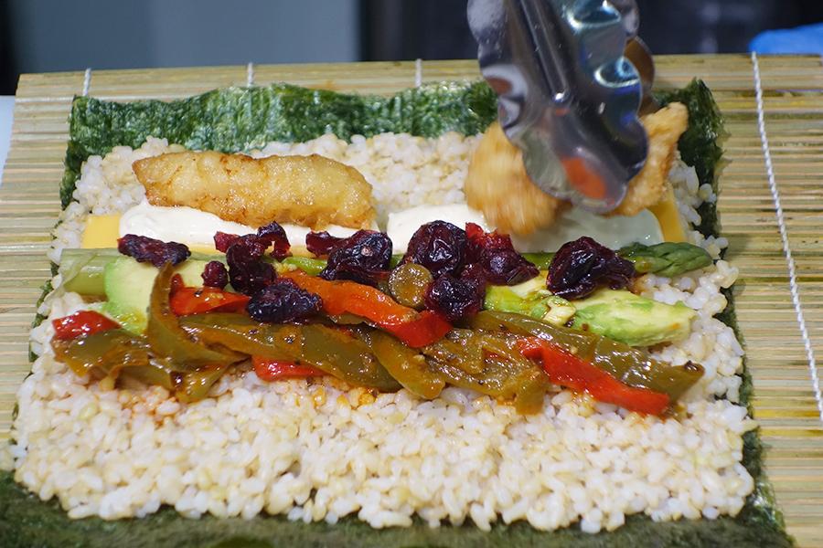 ご飯は白米か玄米かを選べ、目の前で具をトッピングしてくれる