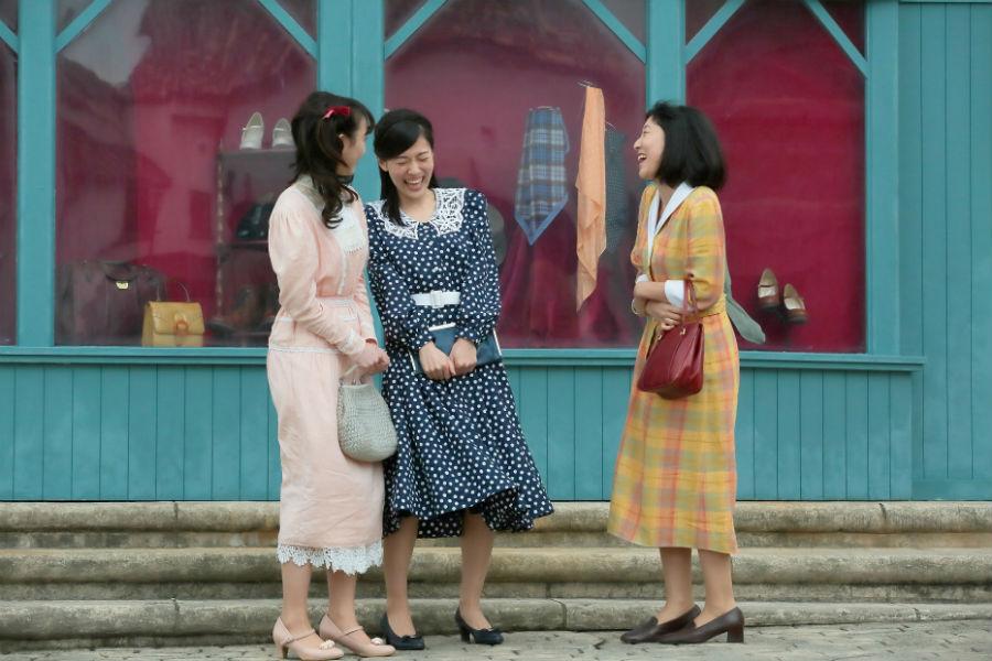 左から、女学校時代の仲良し三人組を演じる松井玲奈、呉城久美、安藤サクラ