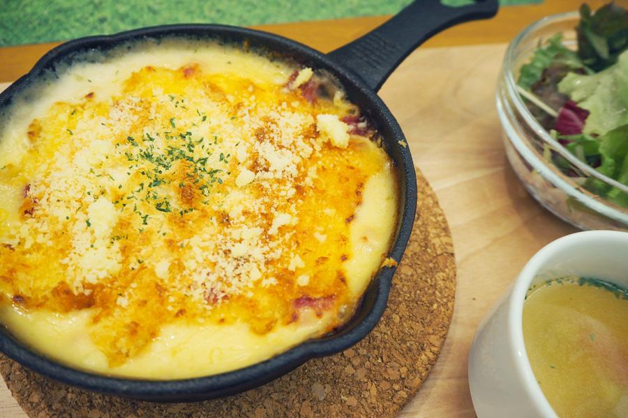 北海道根釧地区産の牛乳を使った「3種チーズのクリーミードリア」(1380円+税/サラダ・スープ付)