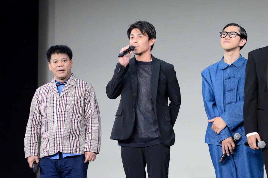 Netflixオリジナルドラマ『Jimmy~アホみたいなホンマの話~』舞台挨拶に登場した中尾明慶(中央、14日・大阪市内)