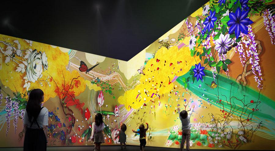日本画の花々をモチーフに、 花と触れ合う遊びを体験するアート作品