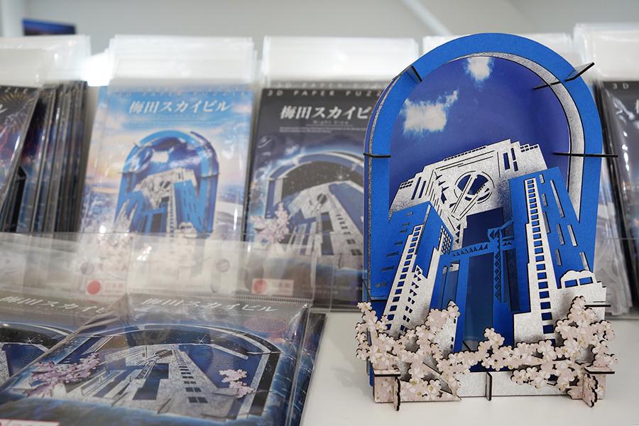新グッズとなる3Dペーパーパズル切り絵880円(税別)