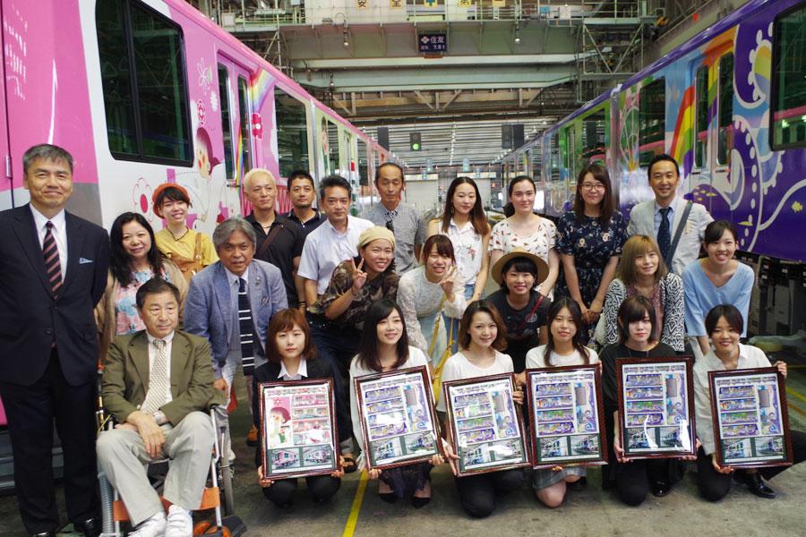 前列左から、最優秀賞を受賞した「上田学園 大阪総合デザイン専門学校」の三宅唯奈さんやチーム「えぶりでぃ」のメンバーら