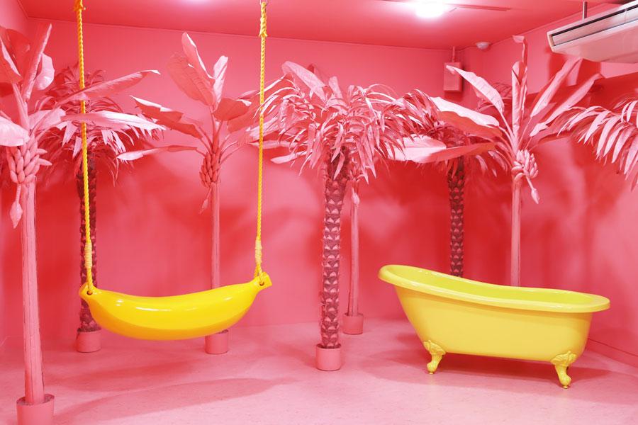 目に痛いほどピンクに染まった会場。このエリアでバナナのブランコと、バスタブは別々にカウントし、これで8つのうち2つ