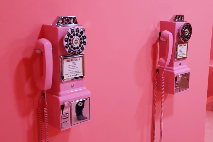壁に掛けられたピンクの電話機もフォトスポットのひとつ