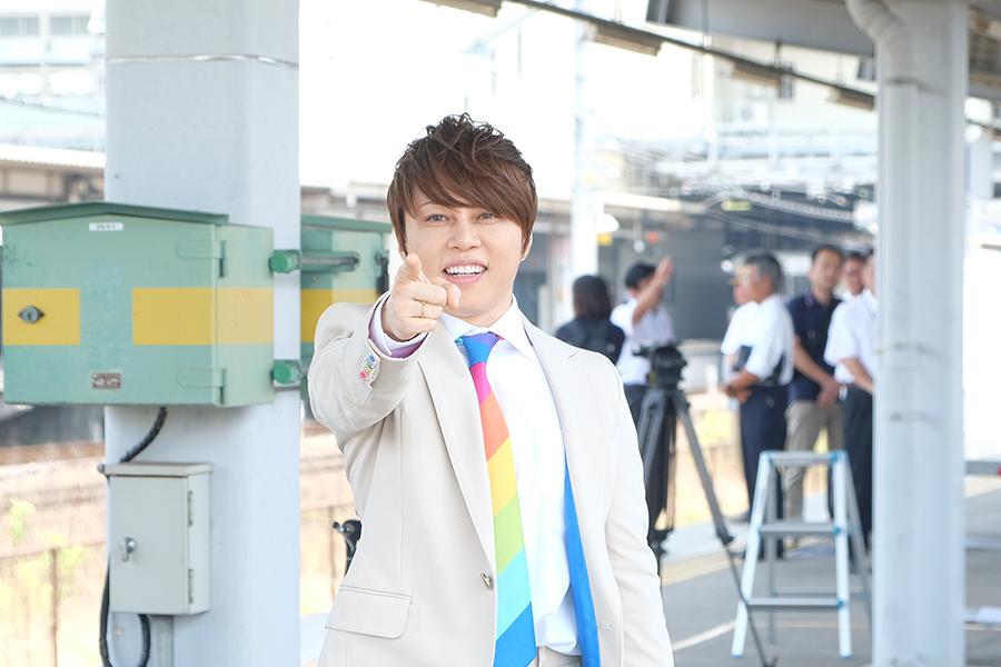 キャンペーンでは「虹色ナビゲーター」として、虹色の衣裳を着用