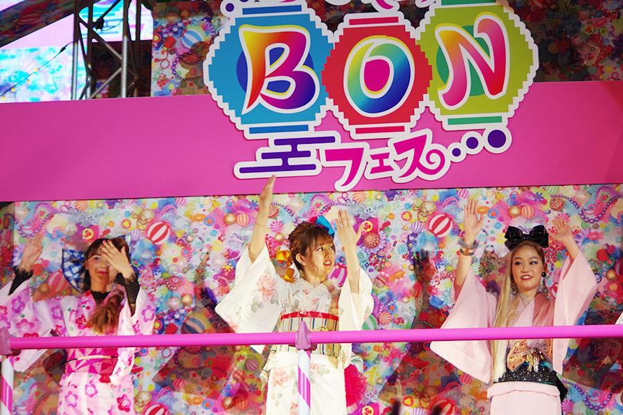 会場で踊りを練習する菊地亜美