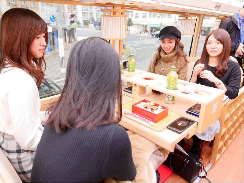 テーブルをはさんだ対面式の座席で定員25名。開閉式のオープンルーフ構造で日差しの強い場合はロールスクリーンもあり
