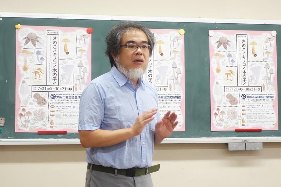 今回の展示を担当した学芸員の佐久間さん。本郷次雄の水彩画は、白色の表現に注目しているのだそう