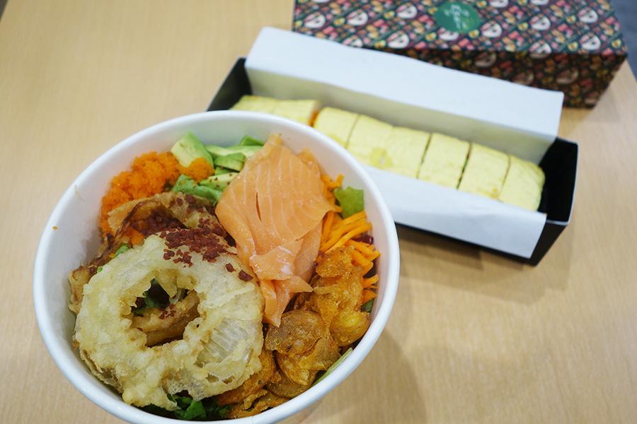 サラダもすべてカスタムできる、日本限定の天ぷらオニオン、サーモン、など。奧に見えるのがソイラップ(+90円)を使った巻き寿司