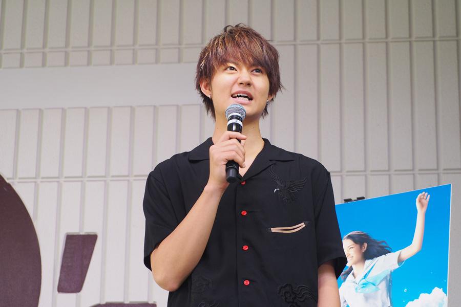 「ほんと暑いっすね大阪! 大阪のみなさんの熱が伝わってくるようです!」と挨拶した佐野勇斗(21日、大阪市内)