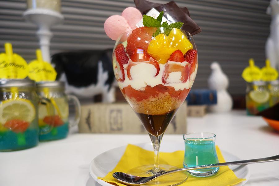 美人パフェはラズベリーシャーベット、いちご、マンゴー、グレープフルーツなどフルーツをたっぷりトッピング。別添えでヒアルロン酸のゼリーで付く